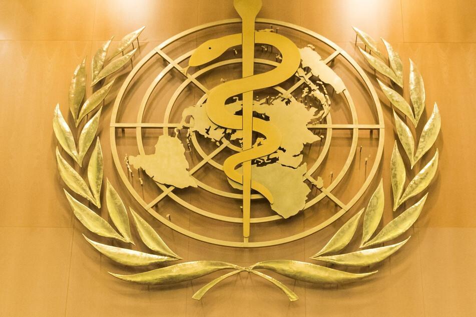 Das Logo der Weltgesundheitsorganisation WHO im europäischen Hauptquartier der Vereinten Nationen in Genf.