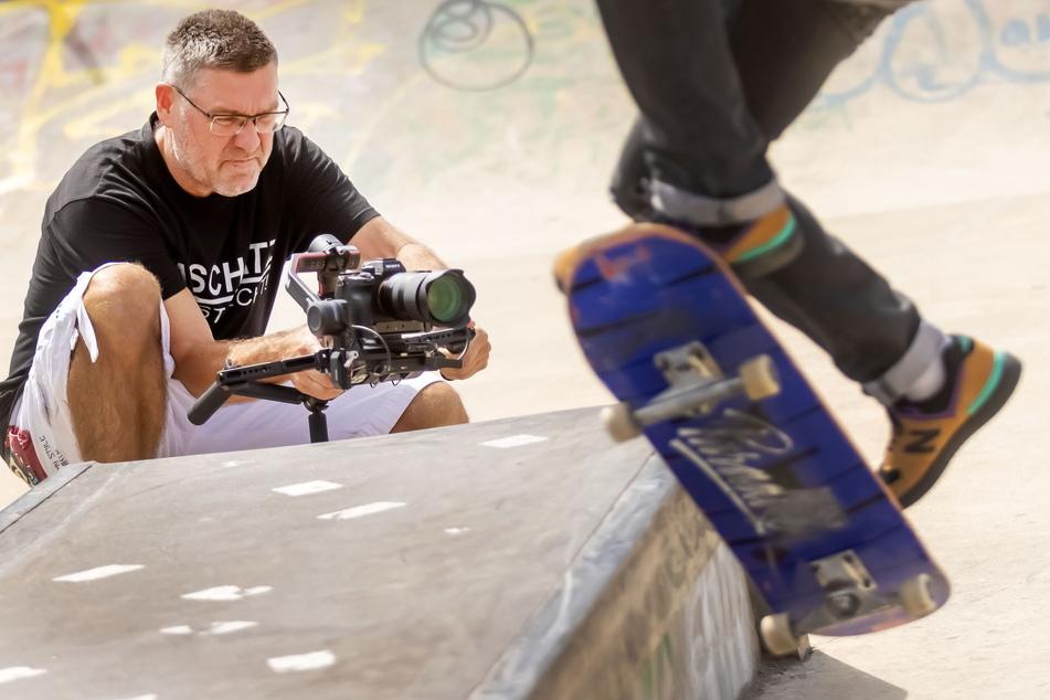 Harald Deckow filmt einen Skater bei einem Trick.