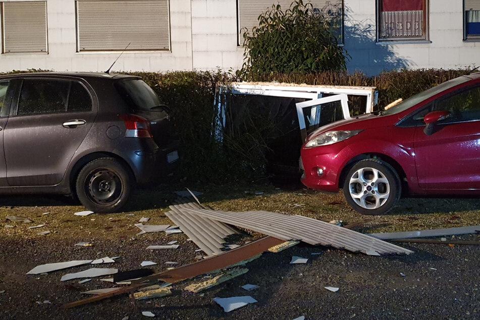 An den parkenden Autos vor dem Gebäude entstanden lediglich leichte Kratzschäden.