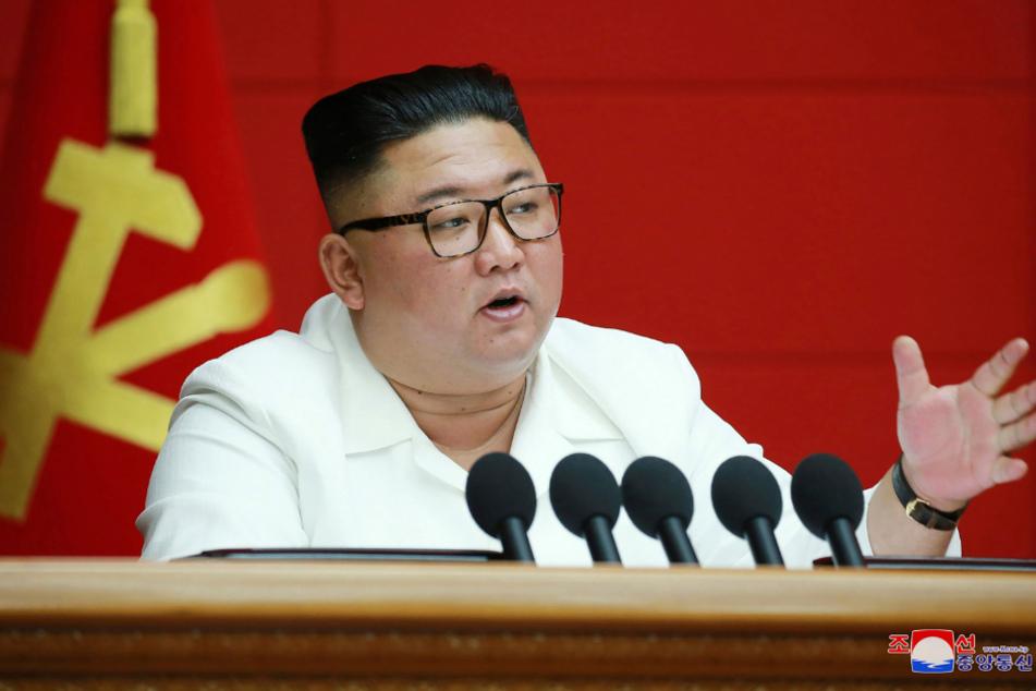 Pjöngjang: Auf diesem von der nordkoreanischen Regierung zur Verfügung gestellten Foto spricht Machthaber Kim Jong-un während einer Plenarsitzung der Arbeiterpartei.