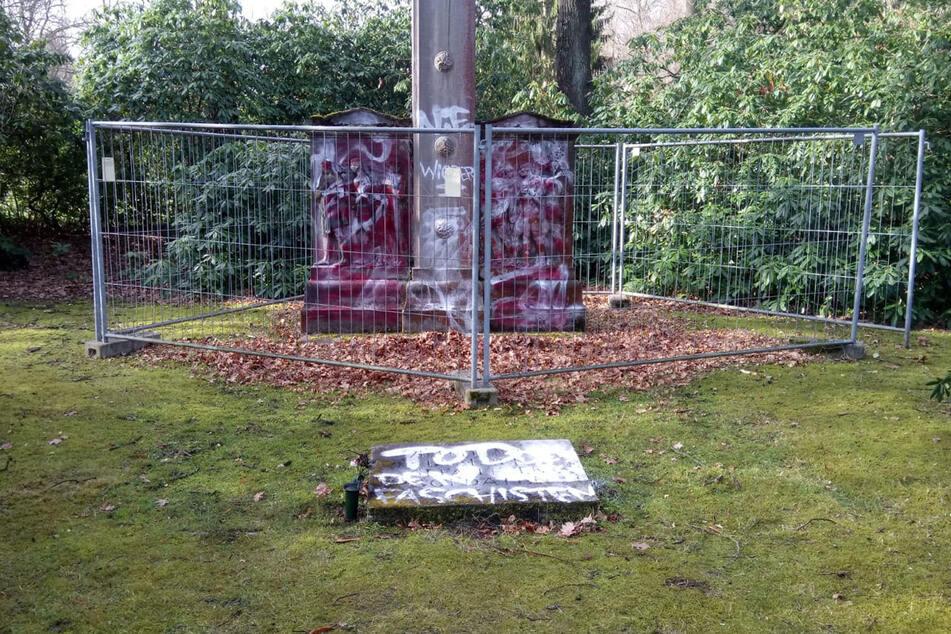 Bereits am Donnerstag wurden Schmierereien auf zwei Kriegsgräbern entdeckt.