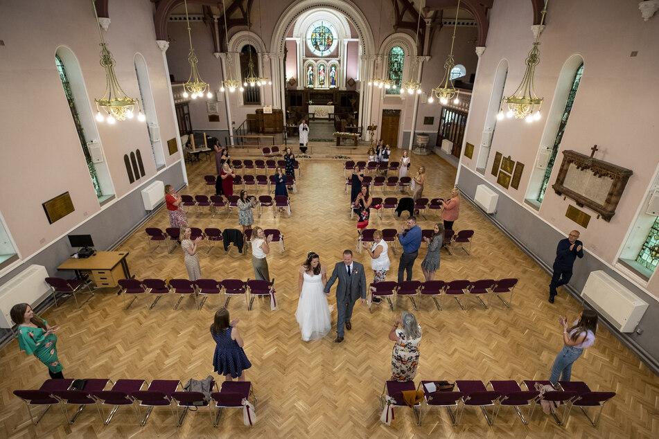 Die Verlängerung der geltenden Corona-Maßnahmen in England stellt viele heiratswillige Paare vor Herausforderungen.