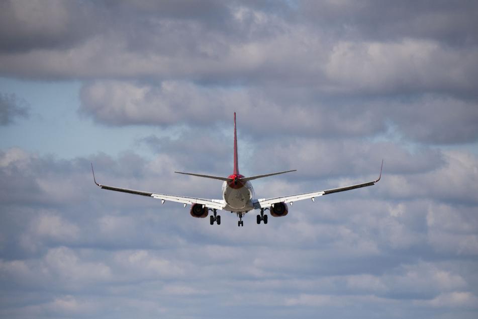 Ein Ferienflieger der Corendon Airlines Europe, gestartet auf der griechischen Insel Kos, landet am Flughafen Hannover.