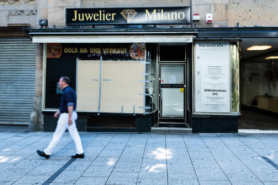 Ein beschädigtes Schaufenster eines Juweliers ist nach den schweren Ausschreitungen in der Nacht zum Sonntag notdürftig abgeklebt.