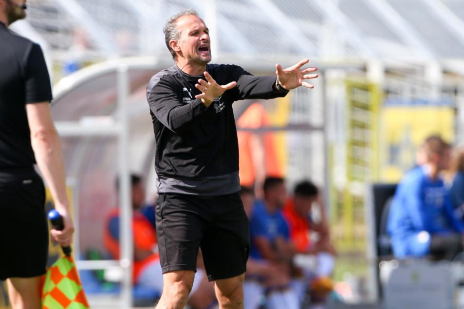 Lok-Trainer Almedin Civa konnte in der ersten Halbzeit noch nicht so zufrieden mit seiner Mannschaft sein. Torlos ging es zur Pause in die Kabine.