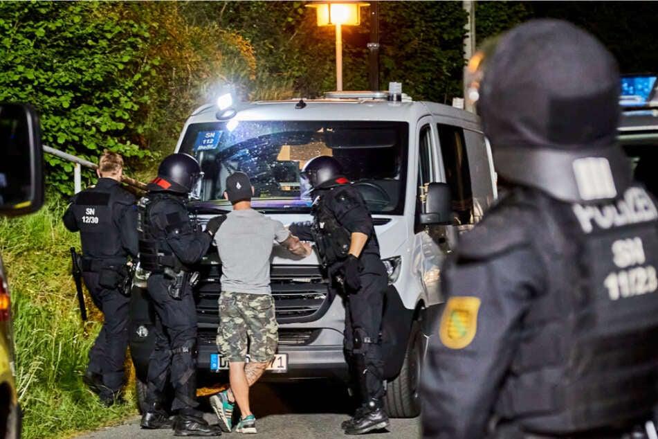 Polizisten mit einer vorläufig festgenommenen Person in Königstein am 21. Mai 2020.