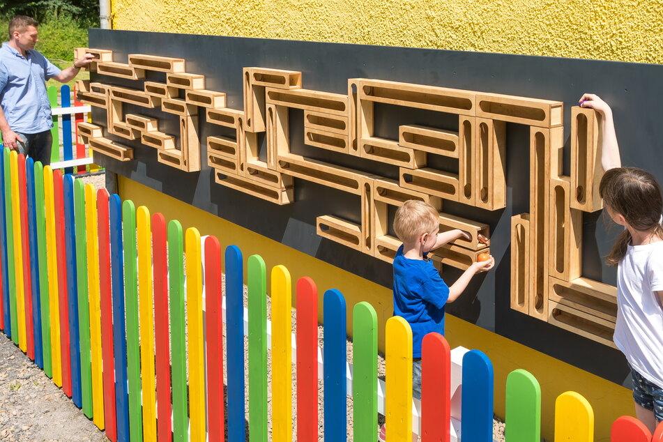 Die Sina Spielzeug GmbH hat 102 hölzerne Elemente im Baukastenprinzip zu Kugelbahnen mit verschiedenen Schwierigkeitsgraden kombiniert.