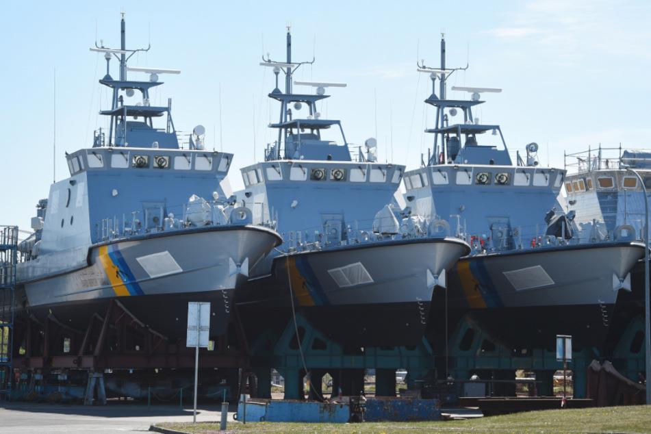 Patrouillenboote, die eigentlich für Saudi-Arabien bestimmt sind, liegen auf dem Werftgelände der zur Lürssen-Werftengruppe gehörenden Peene-Werft in Wolgast.