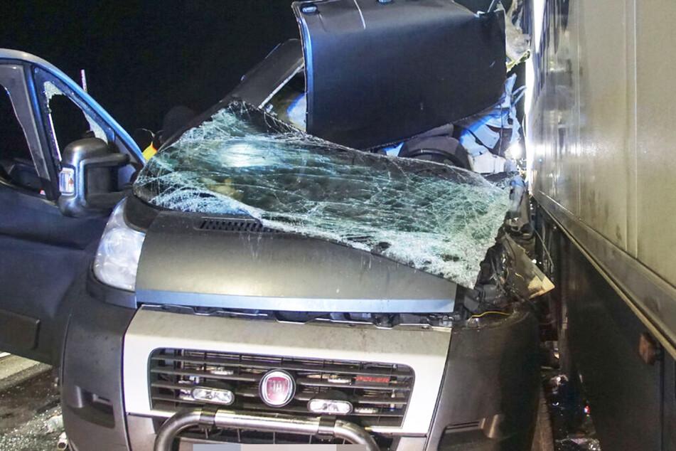 Unfall A81: Fiat-Fahrer übersieht Lkw und reißt sich komplette Fahrerseite auf