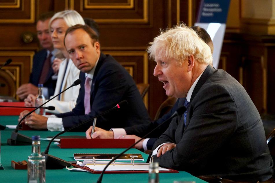 Boris Johnson (r-l), Premierminister von Großbritannien, spricht neben Matt Hancock, Gesundheitsminister von Großbritannien, und Liz Truss, Ministerin für internationalen Handel in Großbritannien, während einer Kabinettssitzung im Außenministerium.