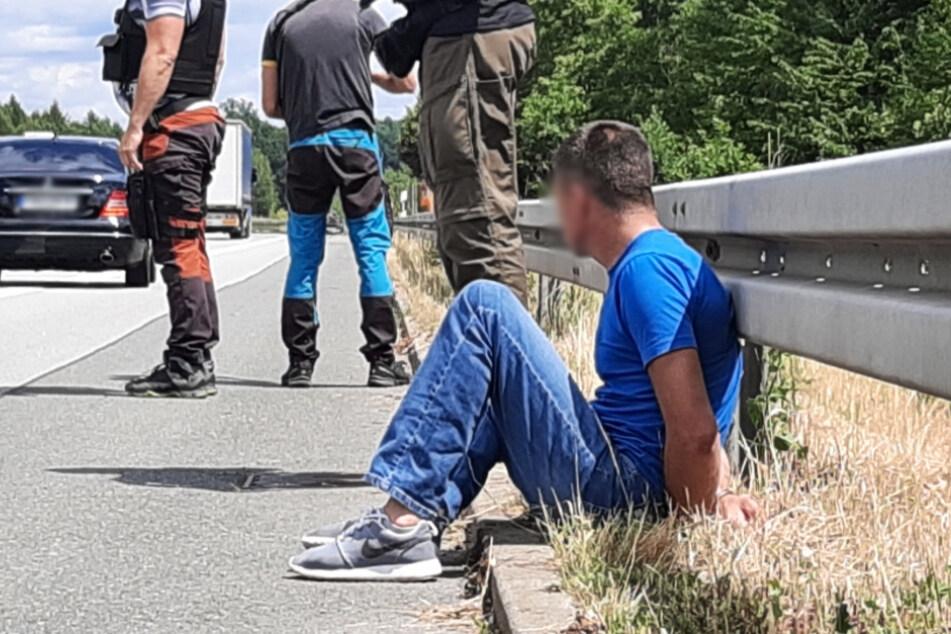 In Handschellen saß der mutmaßliche Autodieb am Fahrbahnrand der Autobahn A4.
