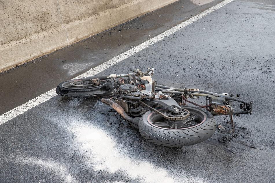 Schwerer Unfall auf A46: Mädchen (16) schwer verletzt, Krad abgefackelt