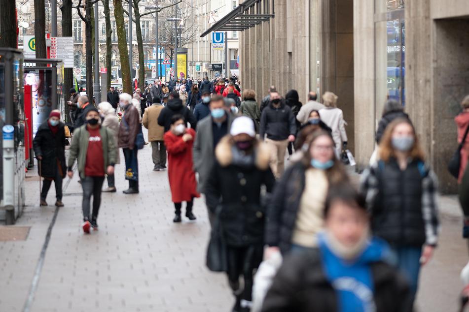 Passanten laufen durch die Mönckebergstraße in Hamburg.