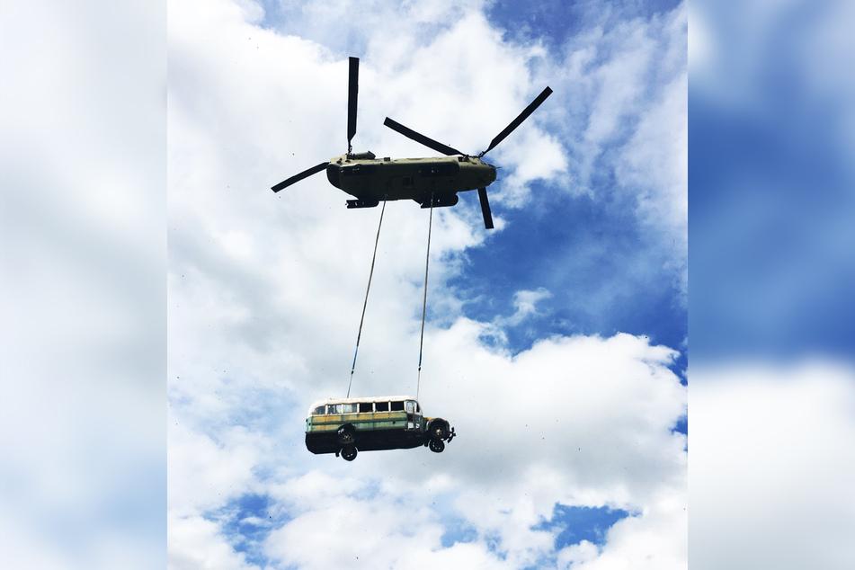 Der historische Bus hing beim Abtransport nur mittels zwei Seilen am Militär-Helikopter.