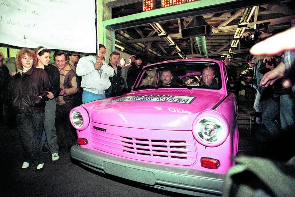 Archivbild vom 30. April 1991: Der pinkfarbene Kombi mit Viertakt-Motor rollt als letzter Trabi in den Sachsenring Automobilwerken Zwickau vom Band. Ab dem 7. November 1957 wurden insgesamt 3096099 Fahrzeuge verschiedener Baureihen produziert.