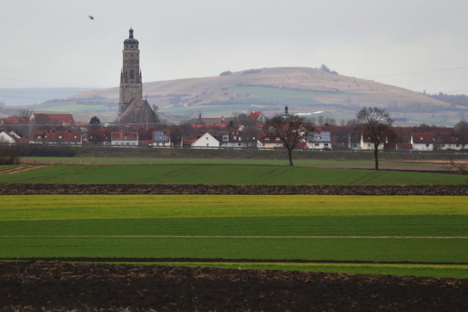 """Der Glockenturm """"Daniel"""" der Kirche Sankt Georg ragt aus der Ortsmitte der im Meteoritenkrater Nördlinger Ries liegenden Stadt."""
