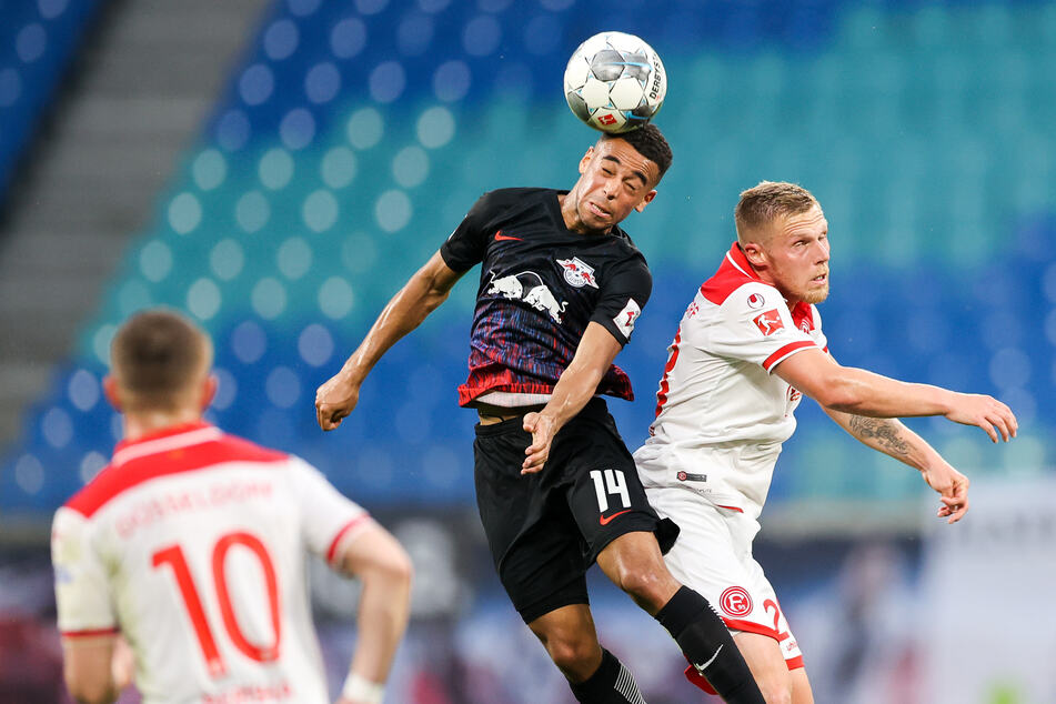 Tyler Adams (l.) im Kopfballduell gegen Düsseldorfs Rouwen Hennings.