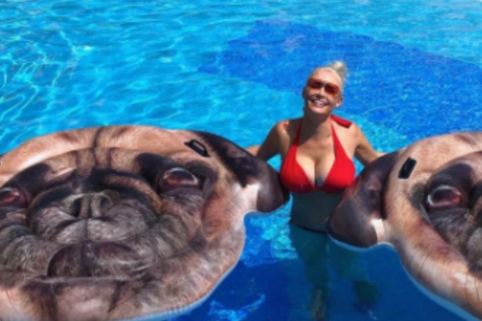 """Daniela Katzenberger freut sich über ihre """"Möpse"""", die sie über Wasser halten"""