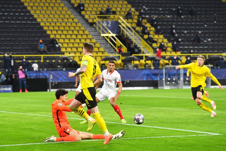 Die Führung für den BVB: Sevilla-Keeper Bono (l.) kommt zu spät raus, Marco Reus (2.v.l.) bedient Erling Haaland (r.), der zum 1:0 einschiebt.