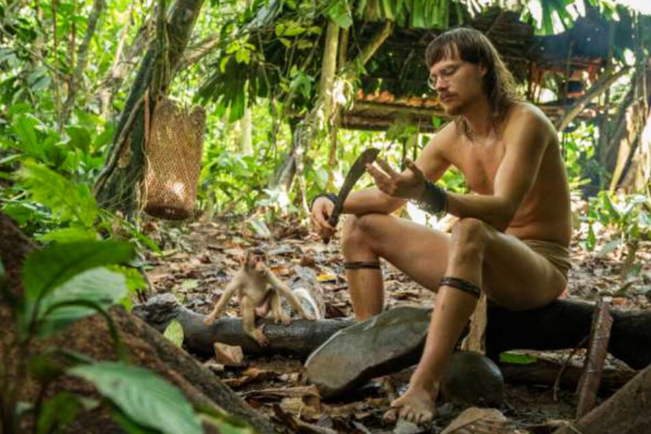 """Bruno Manser (Sven Schelker) im Dschungel mit seinem lieb gewonnenen Affen, der ihm anfangs seinen Schuh """"klaute"""", ihm aber nun nicht mehr von der Seite weicht."""