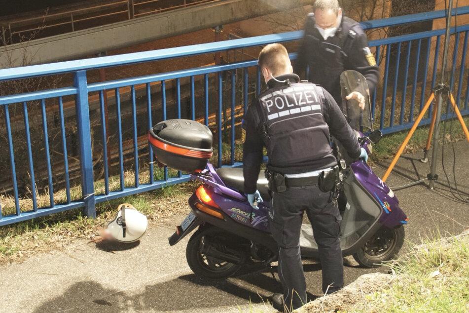 Rollerfahrer kracht in Steinblock und bleibt regungslos liegen