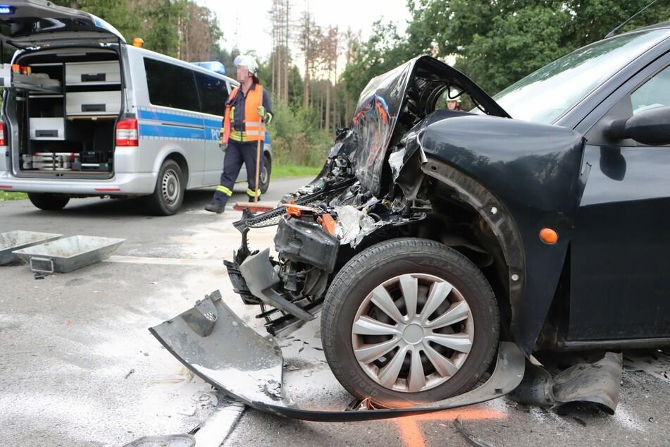 Drei Verletzte! Autofahrerin kracht in Mercedes