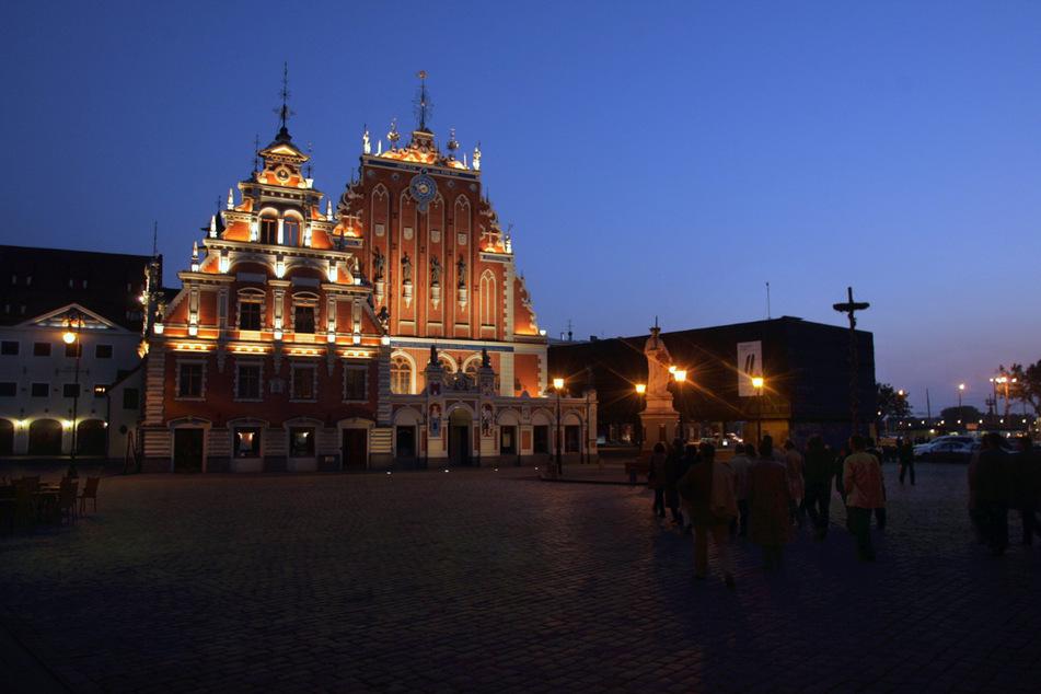Menschen gehen durch die Altstadt von Riga (Lettland).
