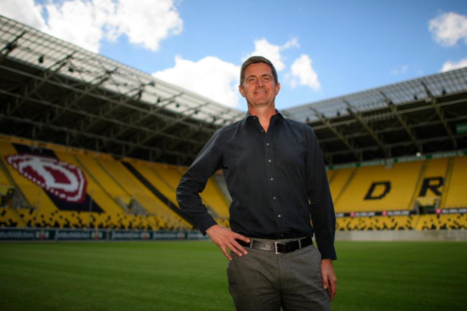 Ralf Becker (49) steht nach seiner Vorstellung auf dem Rasen im Rudolf-Harbig-Stadion.