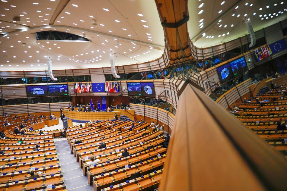 """Die Abgeordneten des Europaparlaments debattieren am Mittwoch, ob das """"digitales grünes Zertifikat"""" getaufte Projekt in """"EU Covid-19 Zertifikat"""" umbenannt werden soll."""