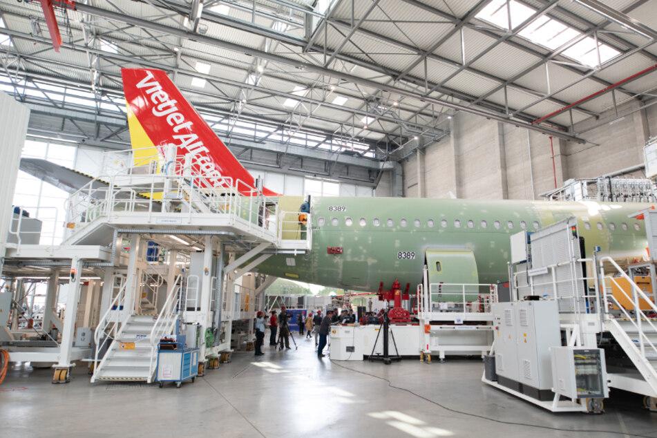 Ein Flugzeug wird in der A320-Fertigungslinie auf dem Werksgelände von Airbus in Finkenwerder montiert. (Archivbild)