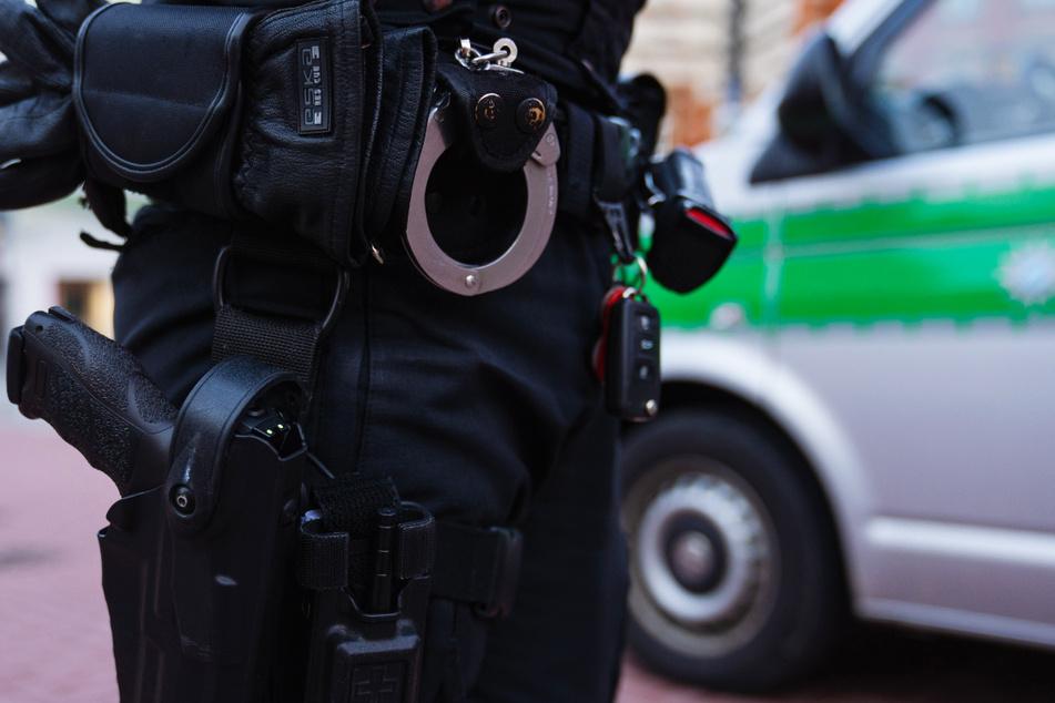 Eine 18-Jährige und ein 39-Jähriger wurden verhaftet, nachdem sie einem Mann (37) lebensgefährliche Verletzungen zugefügt hatten. (Symbolbild)