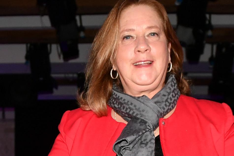 """Kathy Ann Kelly (57) auf der Fashionshow """"Shine bright like Pompöös"""" von Designer H. Glööckler."""