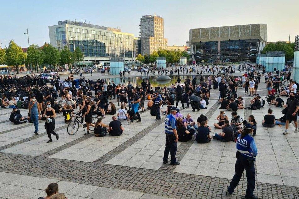 Auf dem Augustusplatz findet eine Kundgebung statt.