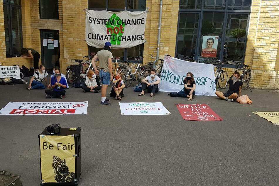 Gegen die Kohle: Umweltaktivisten kleben sich an Leipziger SPD-Büro