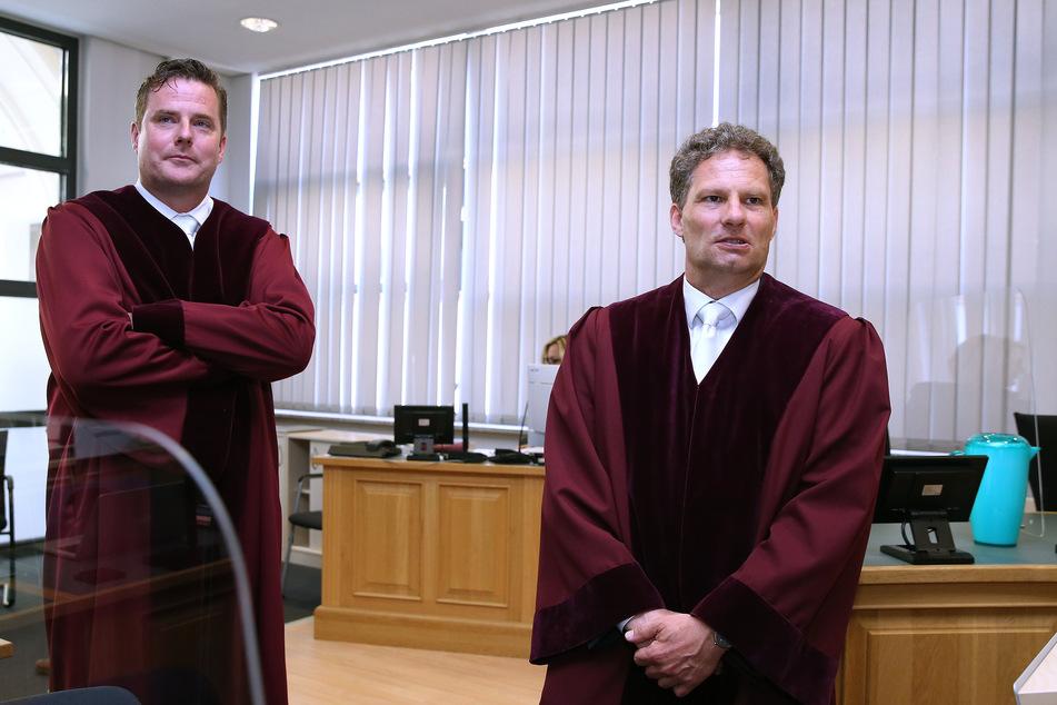 Bundesanwalt Kai Lohse (rechts) zusammen mit Stefan Schmidt, Oberstaatsanwalt am Bundesgerichtshof, kurz vor Beginn des Gerichtsprozesses Ende Juli in Magdeburg. (Archivbild)