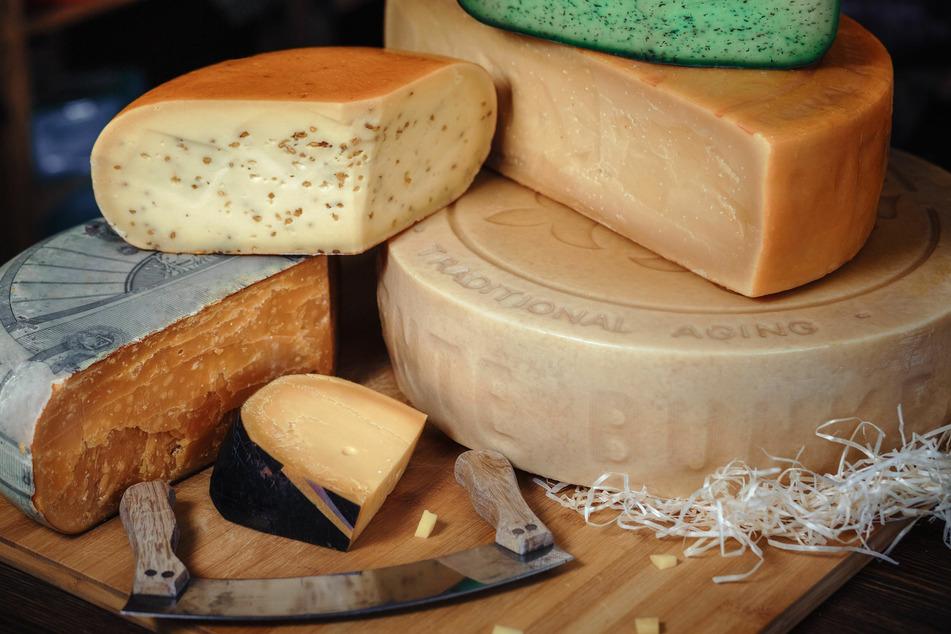 Manchmal treten Kristalle aus dem Käse aus und verursachen weiße Ablagerungen am Rand oder auf der Käsescheibe.