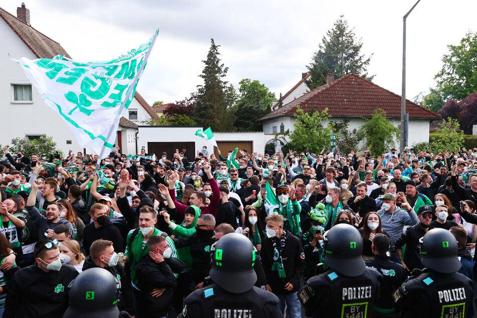Der Jubel bei den Fans der SpVgg Greuther Fürth war grenzenlos, die Corona-Abstände wurden in der Ekstase nicht eingehalten.