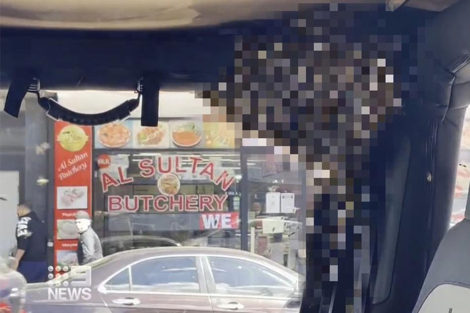 Mann geht einkaufen: Als er zu seinem Auto zurückkehrt, trifft ihn der Schlag