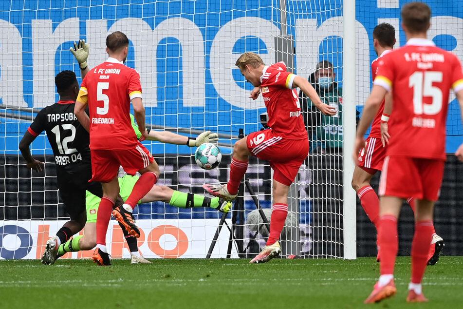 Leverkusen-Leihgabe Joel Pohjanpalo (M.) trifft zum 1:1-Ausgleich für Union Berlin.