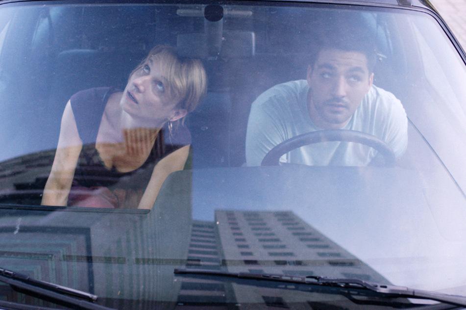 Moni Passe (Christina Große) heftet sich gemeinsam mit Deniz (Walid Al-Atiyat) an Renés Fersen.