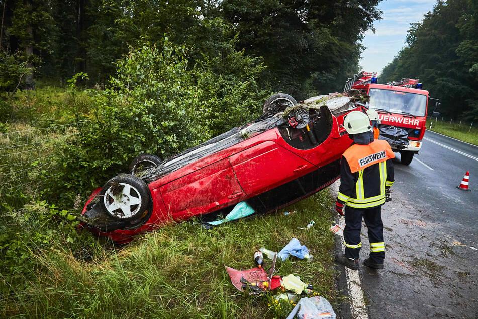 Der rote Wagen erlitt bei dem Unfall Totalschaden.