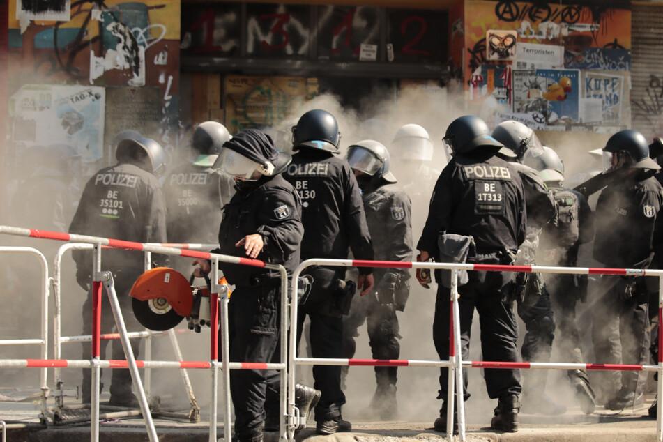 Polizisten öffnen die Tür dem Haus Rigaer 94 in der Rigaer Straße in Berlin-Friedrichshain. Die Bewohner empfingen sie mit weißem Pulver, vermutlich aus einem Feuerwehrlöscher.