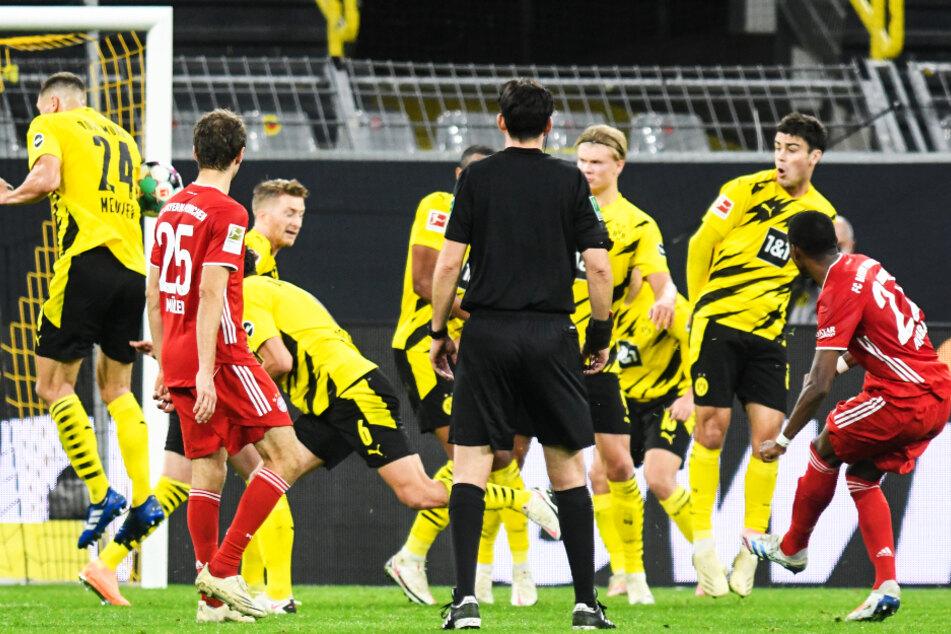 David Alaba (r.) traf mit diesem von Thomas Meunier (l.) abgefälschten Freistoß zum 1:1-Ausgleich für die Münchner.
