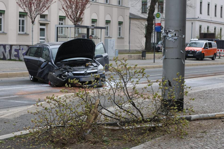 Bei dem Unfall wurden ein Laternenmast und ein Baum in Mitleidenschaft gezogen.