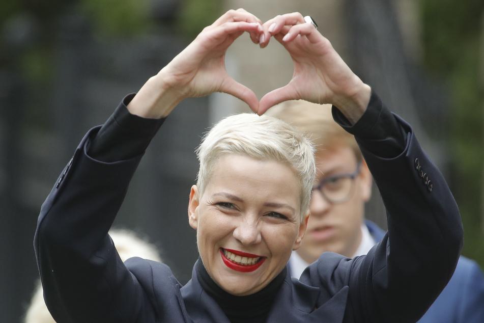 Maria Kolesnikowa, eine der Oppositionsführerinnen, formt mit ihren Händen auf dem Weg zu einem Untersuchungskomitee ein Herz.