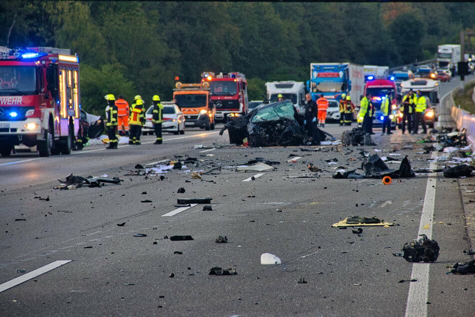 Bei dem schweren Unfall am Sonntagmorgen starben vier Menschen. Ein Sachverständiger prüft nun, ob ein Geisterfahrer den Crash verursacht hat.