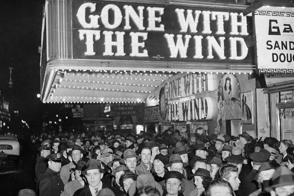 """19. Dezember 1939: Menschen versammeln sich vor dem Astor-Theater am Broadway in New York City während der Premiere von """"Vom Winde verweht""""."""