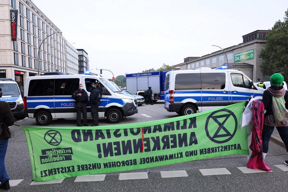 Aktivisten blockieren den Glockengießerwall in Hamburg.