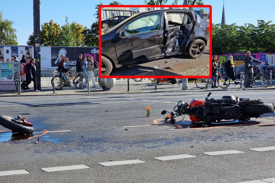Vorderreifen abgerissen: Motorradfahrer nach Unfall in Friedrichshain schwer verletzt