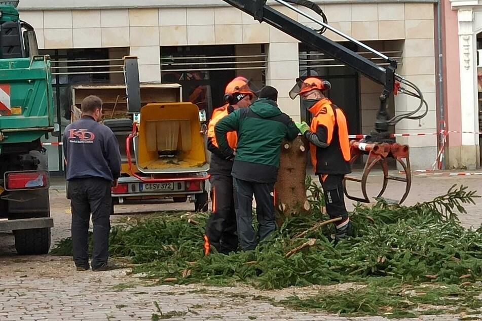 Die Arbeiten dauerten nicht lang - jetzt ist der Weihnachtsbaum weg.